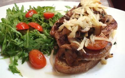 Brotzeit Idee: Schlemmer Brot mit einem saftigen Steak und frischem Salat