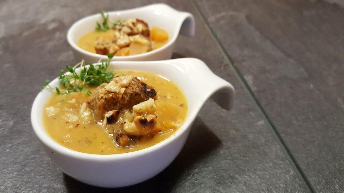 Steckrüben Suppe mit Orange und Walnuss-Brot-Topping