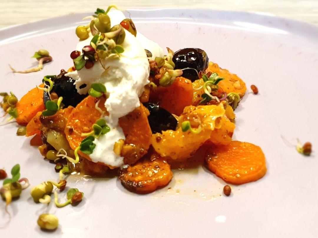 Süßkartoffel Salat mit Früchten und Burrats