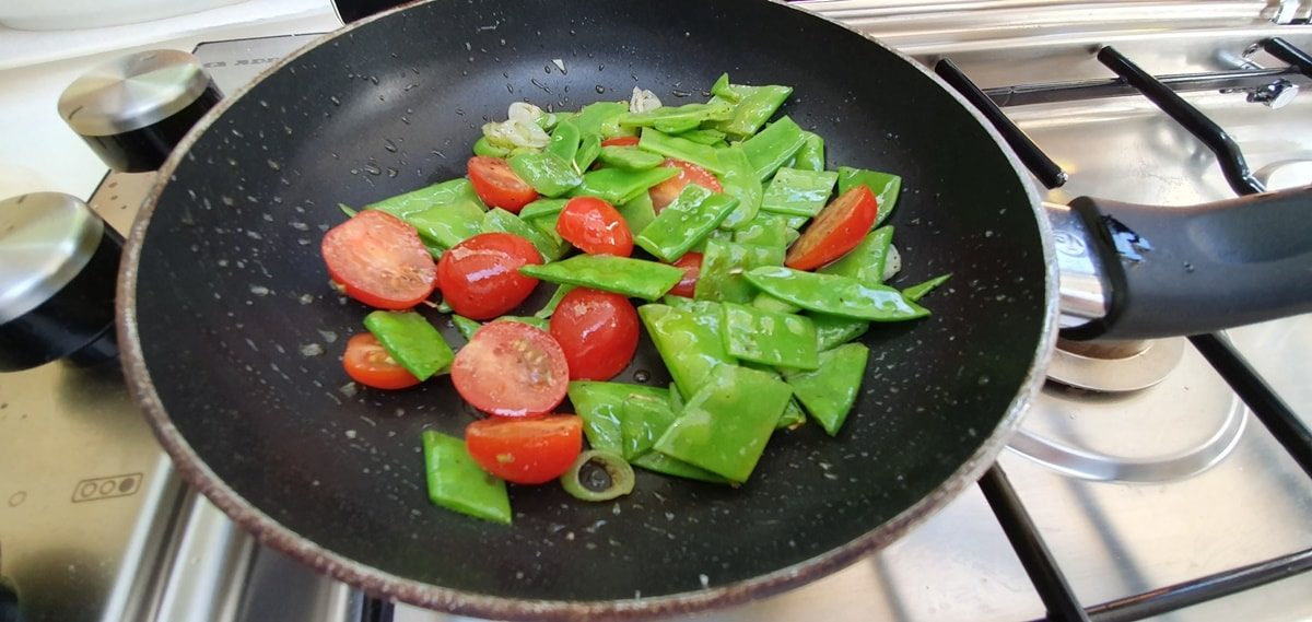 Zuckerschoten-Tomaten-fuer-Pasta-Rezept-GeLeSi