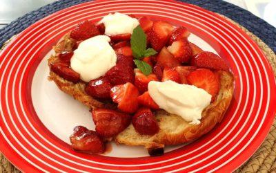 Croissants mit frischen Erdbeeren, Vanillesahne und Minze