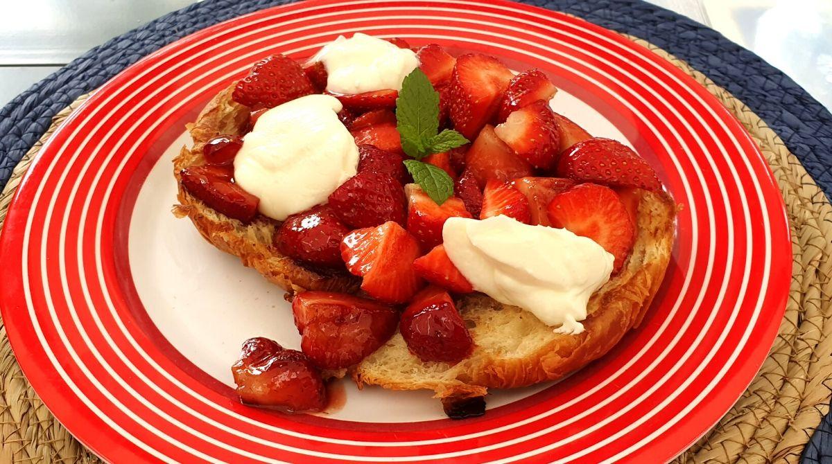 Croissants mit frischen Erdbeeren