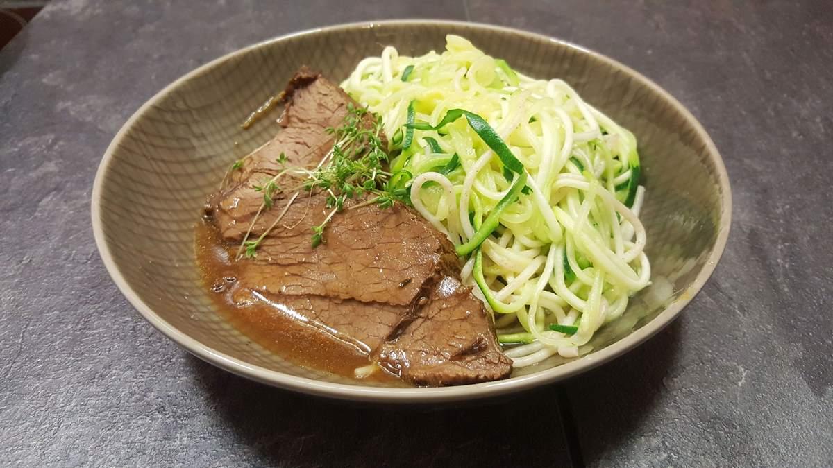 Rezept für zart geschmorte Rinderhüfte mit Zucchini-Dinkel-Spaghetti